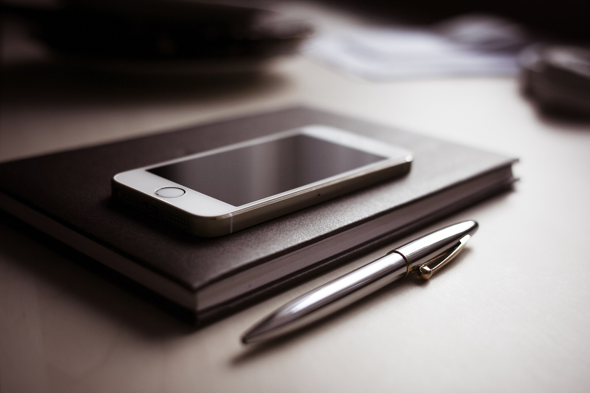 diary-with-new-iphone-5s-and-pen-small-com